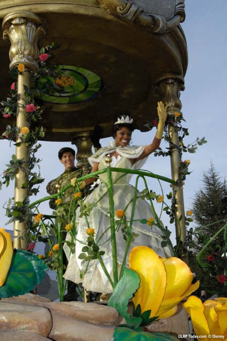 Tiana en Naveen op de Dreams of Romance float
