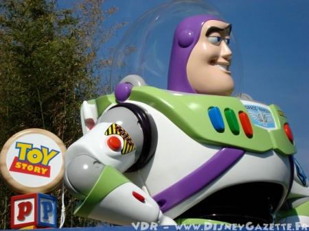 Buzz Lightyear figuur bij de ingang van Toy Story Playland