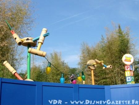 Lantaarnpalen bij de ingang van Toy Story Playland
