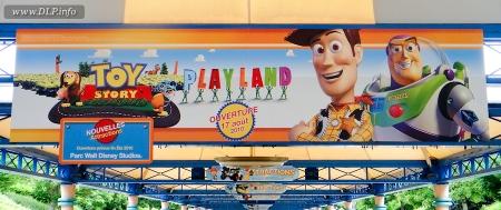 Toy Story Playland banners bij de parkeerplaats