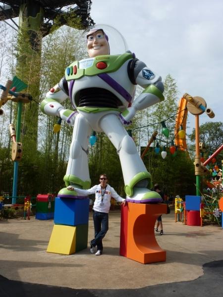 Buzz Lightyear bij de ingang van Toy Story Playland